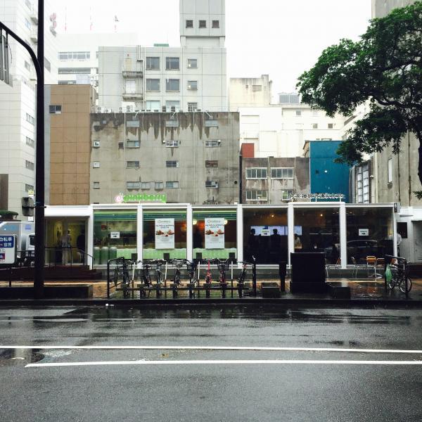 「ピンクベリー福岡天神店」と「天神明治通りカフェ」、道路の向い側からも目立っています。