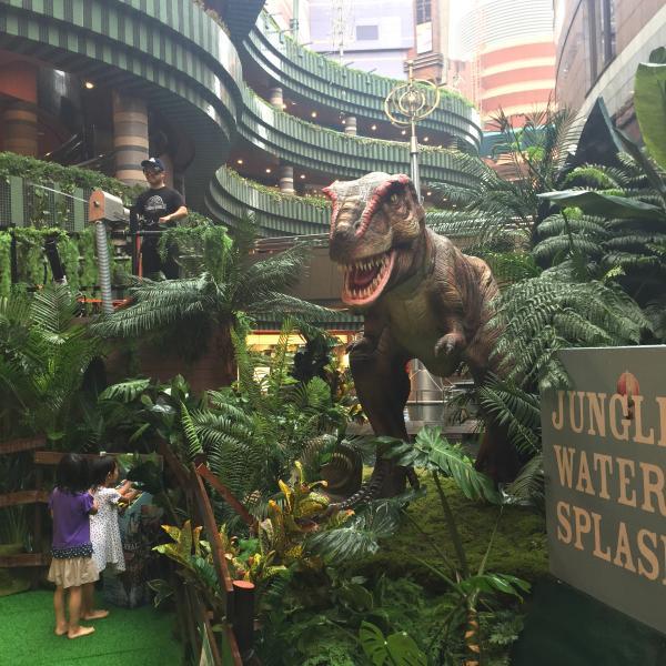 最大クラスの肉食恐竜「ティラノサウルス」。動いて吼えます。