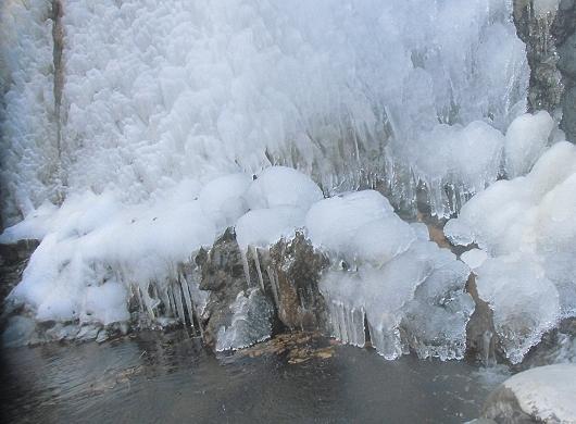 凍ってる滝の下部