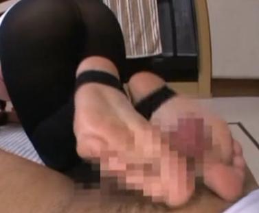 人妻がムチムチした黒トレンカ美脚で射精するまで足コキの脚フェチDVD画像5