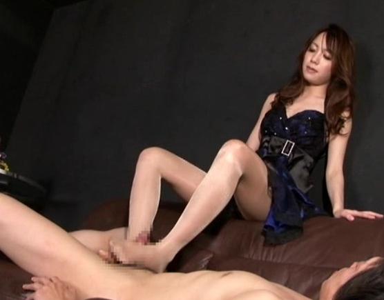 ドエスなキャバ嬢がM男の客にヒールコキやパンストコキの脚フェチDVD画像3