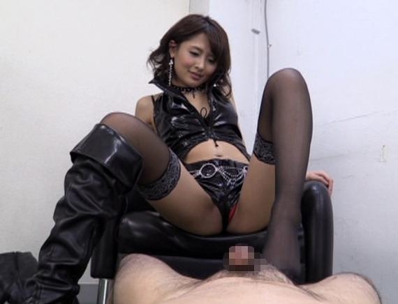 女王様にアナルを穿られニースト足コキで痴女られ強制飲尿の脚フェチDVD画像2
