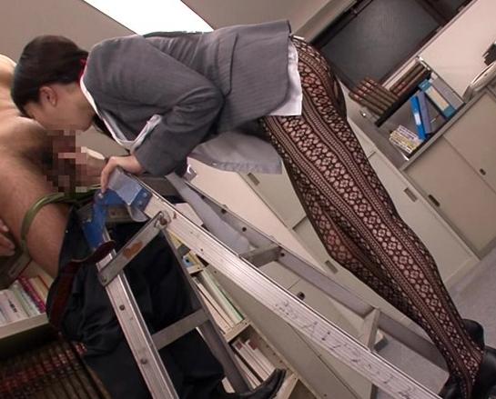 男を誘う柄網タイツを穿いたOLが性欲のまま網タイツ着衣SEXの脚フェチDVD画像3