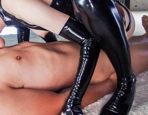 くそエロいボンテージ痴女がブーツコキや騎乗位で責めまくるの脚フェチDVD画像3