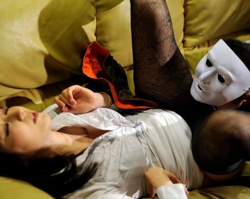 人妻が保険セールス中に蒸れパンスト足コキやフェラで枕営業の脚フェチDVD画像5
