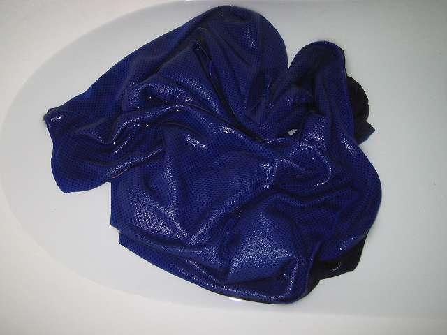 クールコアタオル ブルー COOLCORE SUPER COOLING TOWEL Color Blue 使い方 STEP 1 : クールコアタオルをしっかり濡らして給水させる。水分は水でもお湯でも OK