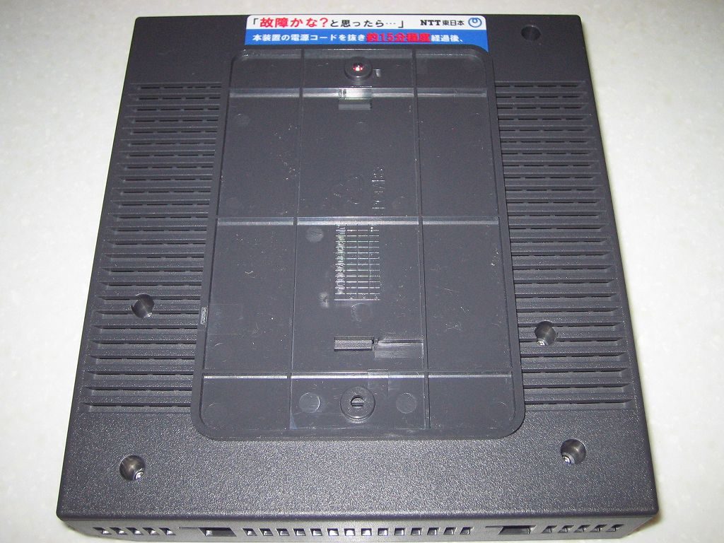 ひかり電話(光IP電話)申し込み、ひかり電話ルータ RT-S300SE(単体型) 壁掛け用の穴に専用スタンドを取り付けたところ
