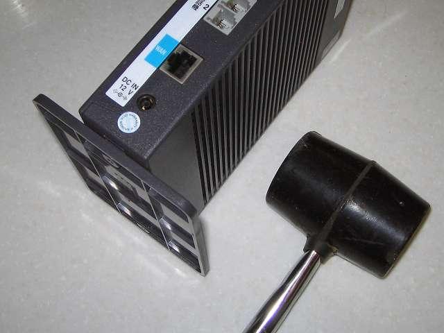 ひかり電話(光IP電話)申し込み、ひかり電話ルータ RT-S300SE(単体型) 専用スタンドの取り付け穴になかなかセットできなかったのでゴムハンマーを使って取り付け