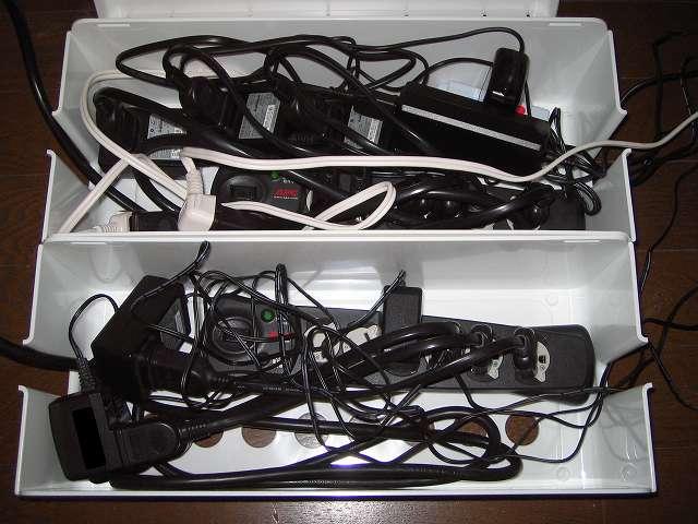 イノマタ化学 テーブルタップボックス L ホワイト OAタップ、ACアダプターを収納したところ