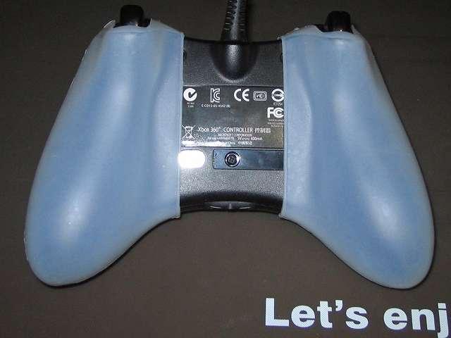 TitoSoy Xbox 360 シリコンコントローラーカバー ホワイト 装着作業、シリコンコントローラーカバーの装着が完了した Xbox 360 コントローラー(ブラック) 本体裏側