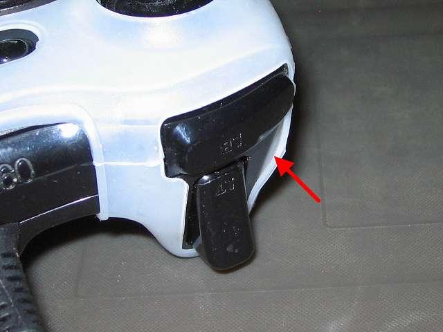 TitoSoy Xbox 360 シリコンコントローラーカバー ホワイト 装着作業、シリコンコントローラーカバーの装着が完了した Xbox 360 コントローラー(ブラック) トリガー側のシリコンコントローラーカバーの隙間部分