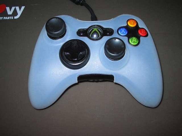 TitoSoy Xbox 360 シリコンコントローラーカバー ホワイト 装着作業、シリコンコントローラーカバーの装着が完了した Xbox 360 コントローラー(ブラック)に取り外しておいたアタッチメント装着