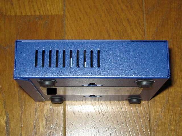 NETGEAR GS105-500JPS(GS105v5) 本体側面 スリット状の空気穴 その2