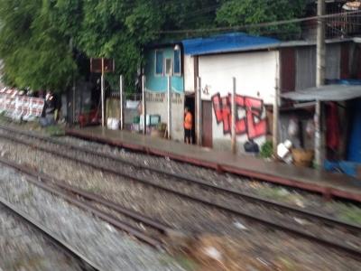東南アジアの線路際はひどい