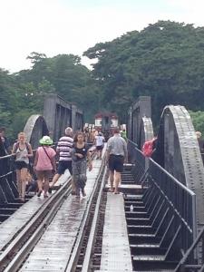 橋には観光客がいっぱい