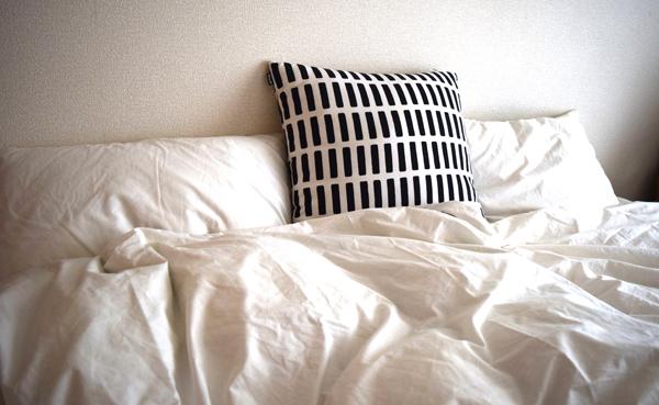 娘のシングルベッドは引越に合わせて無印良品のパイン材ベッド を購入。 リネン類も無印良品で。