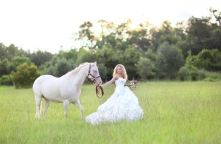 Rustic-Bridal-Bride-and-Horse-3.jpg