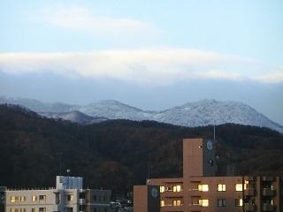 奥の山は冠雪