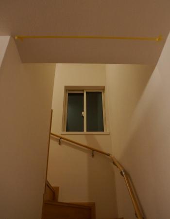 素人がリビング階段にロールスクリーンを取り付けます