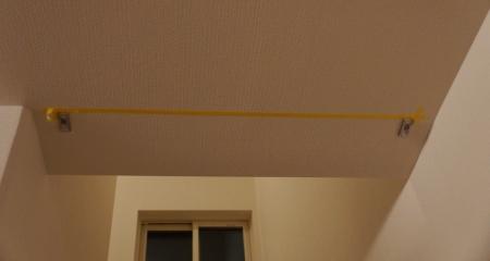 リビング階段のロールスクリーンの金具を左右に取り付けました