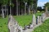 拝殿と石列