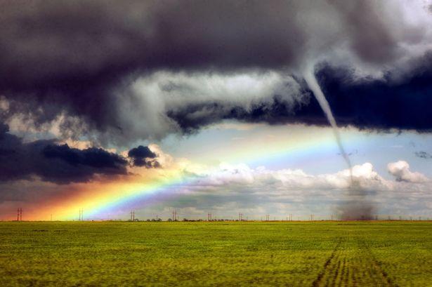 アメリカ・コロラド州で「虹と竜巻」が同時に発生…珍しい現象が観測される