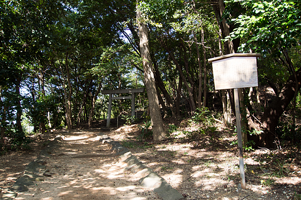 下村神明社小山の参道