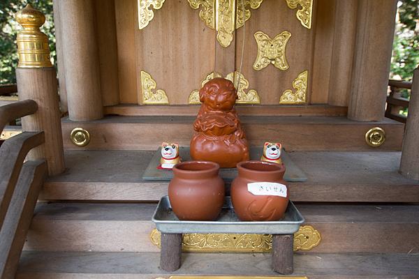 下村神明社賽銭壺と犬の置物