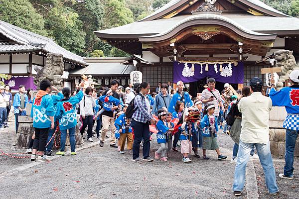 成海神社例大祭子供会の神輿が出発