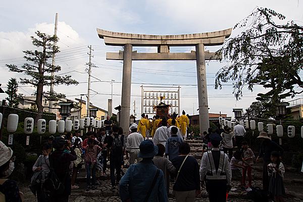 成海神社例大祭神輿が外に