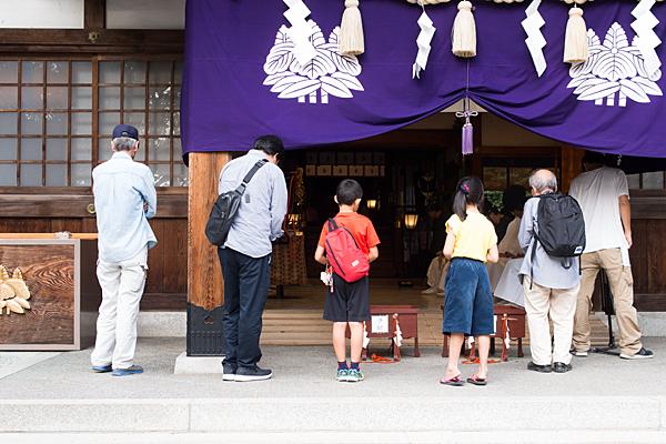 成海神社拝殿前の参拝者
