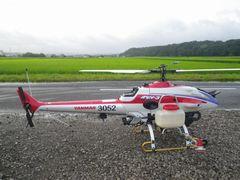 [写真]農園の駐車場に着陸したラジコンヘリ