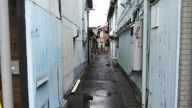 豊川の裏路地。ミゼットが似合いそう