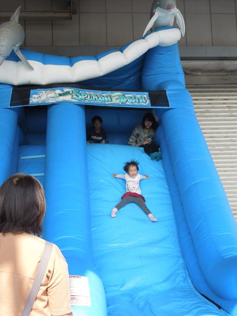 フワフワエアシュータで遊ぶ娘