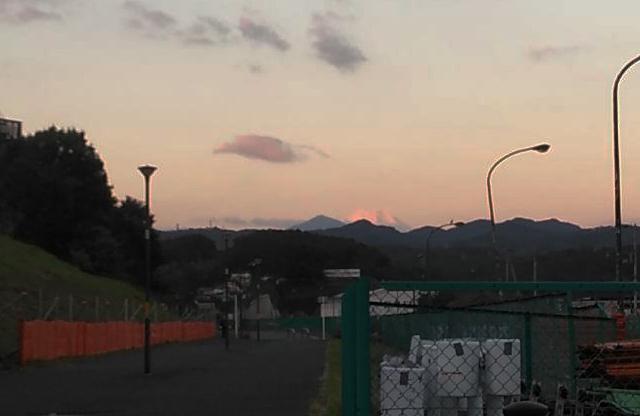 朝、八王子のみなみ野から見た富士山