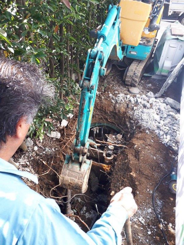 取付管を探すための掘削作業