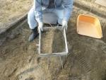 掻き集めた砂を篩に掛ける