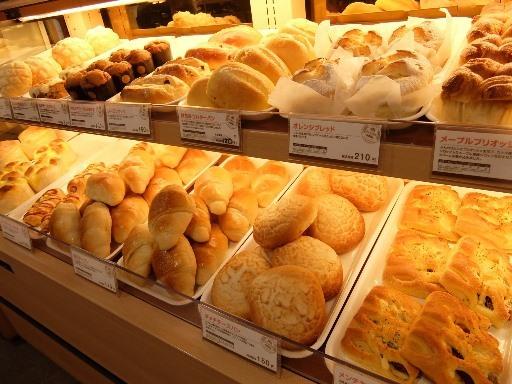 多くの焼きたてパン