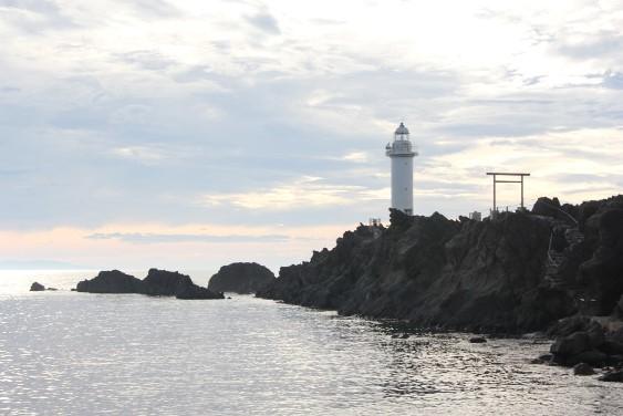 岩礁側からの鼠ヶ関灯台