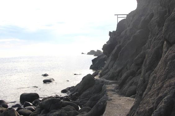 岩礁沿いの道