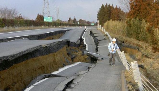 107539_jalan-rusak-akibat-gempa-jepang_663_382.jpg